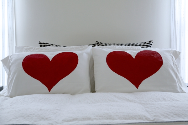 painted_heart_pillow_DIY_011